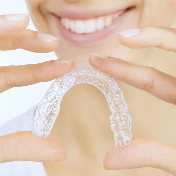 Unsichtbare Zahnspangen (Invisalign) als transparente Alternative